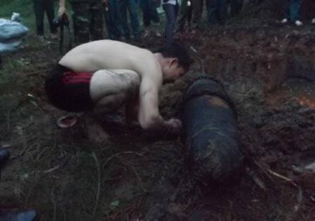 Quả bom có trọng lượng 250kg, chiều dài 1,7m được phát hiện dưới sông