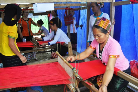 Thi dệt Thổ cẩm giữa các làng nghề