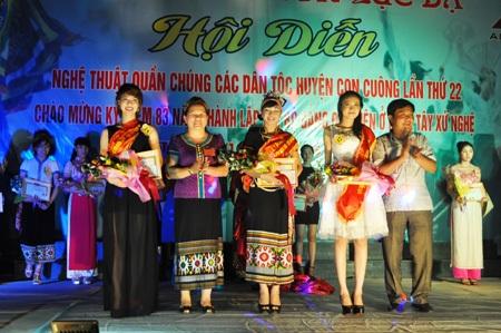 BTC trao giải cho các thí sinh đạt giải trong cuộc thi Người đẹp lễ hội Môn Sơn - Lục Dạ