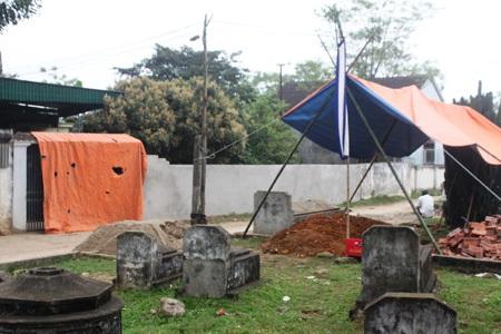 Việc chôn cất người chết tại nghĩa địa ngay trước cổng nhà ông Đàn