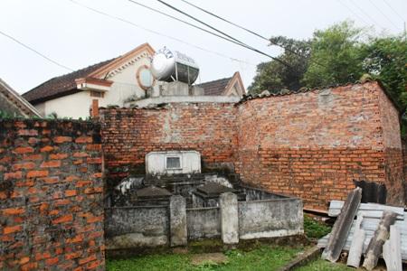 Những ngôi mộ nằm sát với giếng nước