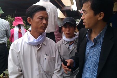 Ông Hồ Văn Thọ - em trai ông Trường phản ánh sự việc với báo chí