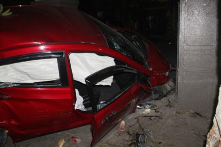 Toàn bộ túi khí trên ô tô đều phát nổ. Vụ tai nạn khiến 5 người ngồi trên ô tô bị thương