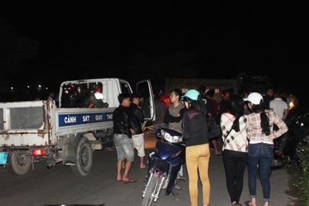 Lực lượng CSGT Công an TP Vinh khám nghiệm hiện trường, điều tra nguyên nhân vụ tai nạn