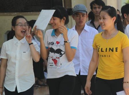 Thí sinh tại cụm thi Vinh hoàn thành xong môn thi Vật lý (Ảnh: Nguyễn Duy)