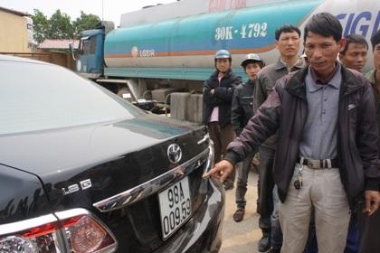 Hỗn loạn tại cây xăng vì nghi bán xăng bẩn gây cháy xe