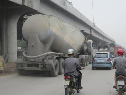 Khói bụi mịt mù tại những đoạn đường vành đai tra tấn người tham gia giao thông.