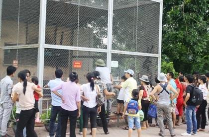 Vườn thú Thủ Lệ nhộn nhịp ngay từ sáng sớm.
