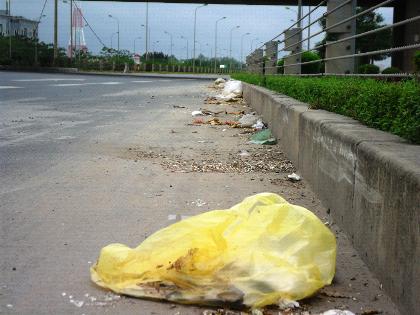 Rác thải, cát tải dọc đại lộ Thăng Long.