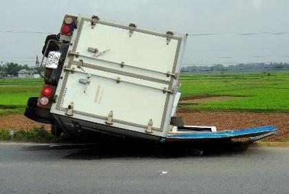 Chiếc xe tải lộn nhiều vòng nhưng rất may không có tai nạn về người.