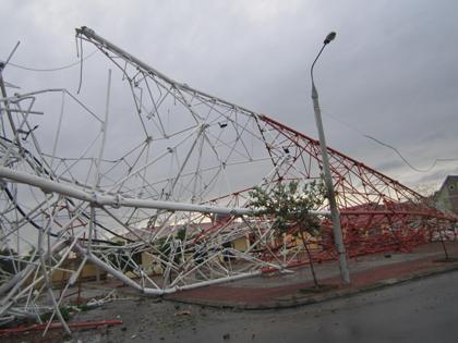 Tháp truyền hình tại TP Nam Định bị bão quét đổ sập. (Ảnh: Quốc Cường).