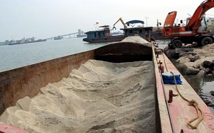 Tàu chở 250m3 cát nước mặn trái phép trên Vịnh Hạ Long.