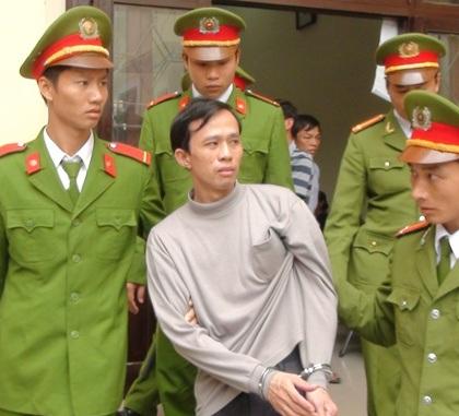 Bị tuyên y án tử hình, Nguyễn Đức Tiềm thẫn thờ khi bị giải ra xe phạm.