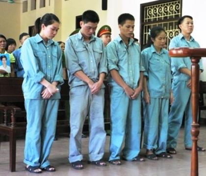 Các bị cáo nghe tòa tuyên án tại phiên tòa xét xử sơ thẩm.