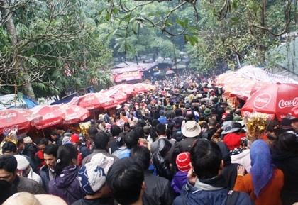 Đã có khoảng 10 vạn du khách đổ về chùa Hương trước ngày khai hội.