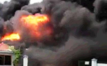 Đám cháy lớn thiêu rụi hàng nghìn m2 nhà xưởng.