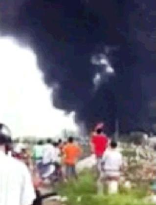 Đám cháy khiến công nhân và người dân hoảng loạn.