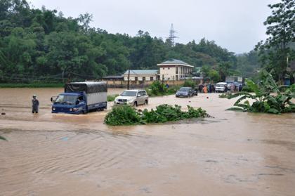Nước dâng cao bất ngờ gây ngập lụt trên diện rộng.