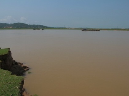 Cát tặc lộng hành suốt nhiều năm, bãi bồi ven sông đã bị lở mất cả trăm mét.