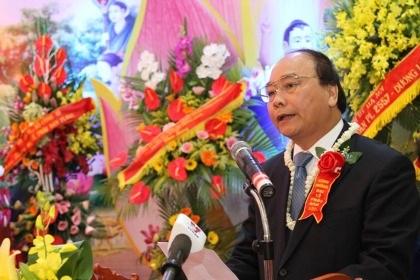Phó Thủ tướng Nguyễn Xuân Phúc chúc mừng TƯ GHPGVN nhân Đại lễ Phật đản 2013.