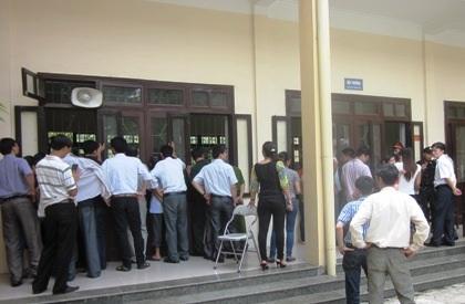 Phiên tòa thu hút đông đảo người dân đến dự.