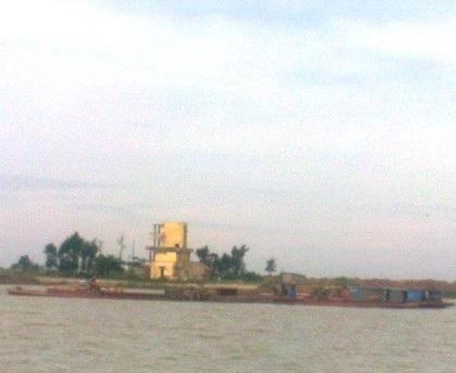 Vị trí các tàu cát tặc oanh tạc ngay phía trước trạm kiểm soát Ba Lạt (tòa nhà màu vàng).