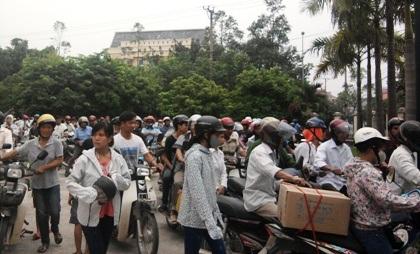 Hàng trăm người dân tham dự phiên tòa bức xúc.