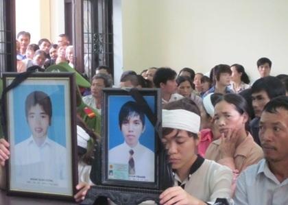 Người nhà nạn nhân đau đớn bên di ảnh người thân tại phiên tòa.