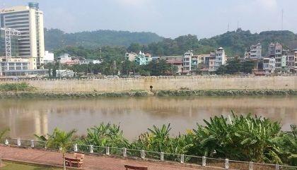 Cácđầu nậu thường táo tợn vận chuyển hàng lậu quađoạn sông Hồng giáp Trung Quốc.