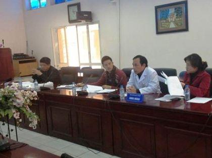 Ban giám đốc Bệnh viện Đại học Y Hà Nội làm việc với PV Dân trí về sự việc.