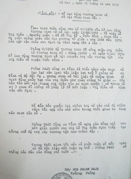 Bà Lê Thị Hiền cùng đơn kiến nghị kêu oan gửi báo Dân trí.
