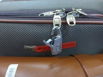 Cận cảnh chiếc khoá vali bị gãy của chị Ngô Thị Hằng.