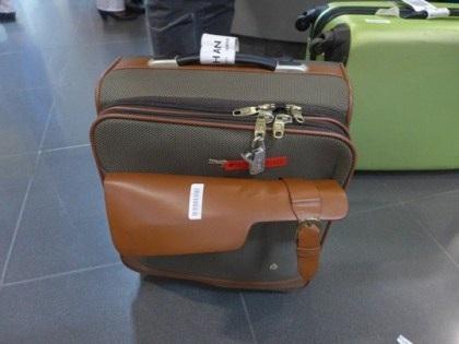 Chiếc vali của chị Ngô Thị Hằng với chiếc khoá bị gãy.