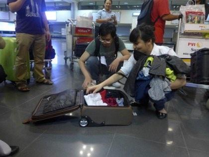 Chị Hằng và người thân kiểm tra lại hành lý trong vali.