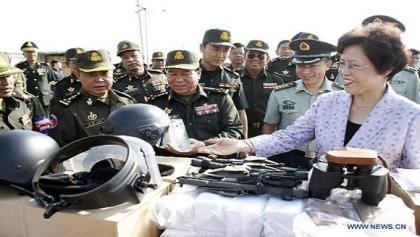 Đại sứ Trung Quốc Bu Jianguo bàn giao hàng viện trợ cho Campuchia.