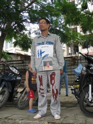 Nhà văn Lê Anh Hoài trong vai...cột điện tại một buổi trình diễn nghệ thuật sắp đặt.