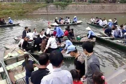 Hỗn loạn tại bến đò chùa Bái Đính và du khách ngã sông suýt chết đuối.