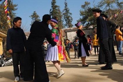 Vỗ mông - cách người Mông tỏ tình và trao gửi yêu thương.