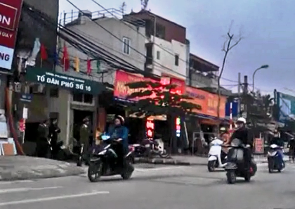 Công an phường Kim Giang đứng trong ngõ rình bắt vi phạm giao thông.