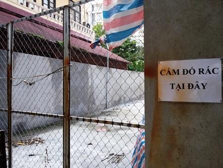 Công trình xây kiên cố và có cổng sắt được khoá trái. Ảnh: Hoàng Lan