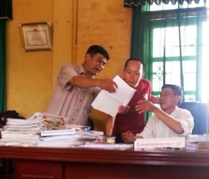Ông Bùi Duy Nhất (bên trái) và ông Phạm Văn Báu (bên phải) cho rằng đây là bản hợp đồng giả mạo.