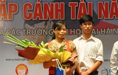 Thủ khoa Tống Quốc Kỳ và mẹ trong lễ trao học bổng sáng ngày 20/9.