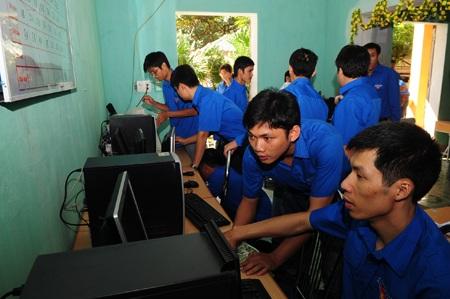 Đoàn thanh niên lắp đặt hệ thống máy tính.