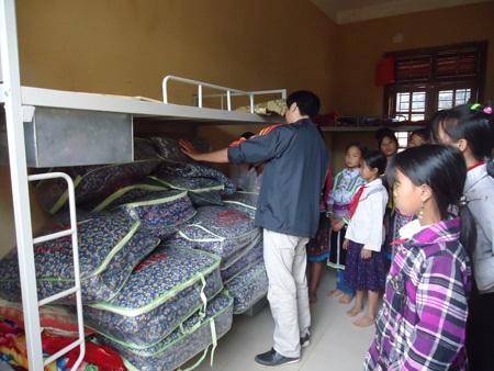 130 chiếc khăn ấm được tặng cho các em học sinh.