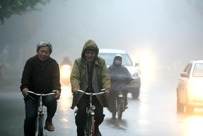 Sương mù khá dày đặc tại Hà Nội vào sáng sớm do có mưa rải rác gặp nền nhiệt thấp về đêm.