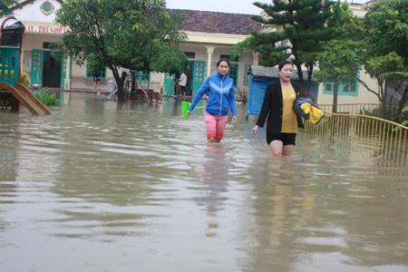 Nhiều trường học ở Nghệ An ngập trong nước lũ (Ảnh: Nguyễn Duy)