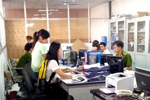 Lực lượng thanh tra Liên ngànhkiểm tra đột xuất một doanh nghiệp sử dụng phần mềm.