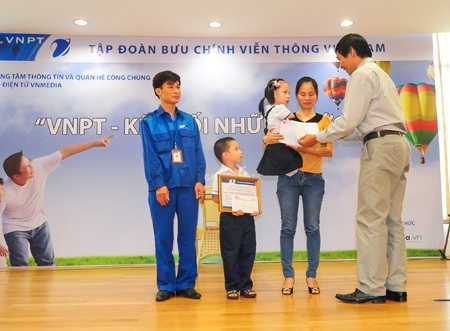 Lãnh đạo tập đoàn VNPT trao học bổng đến các cháu: Nguyễn Linh Chi và Nguyễn Đình Dũng.