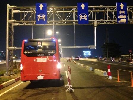 Do không phát hiện biển báo ngay đầu cầu nên tài xế đã vướng khung giới hạn chiều cao và bị nạn
