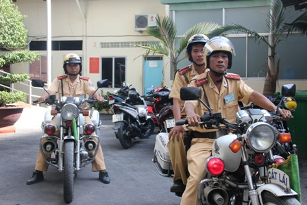 Các cán bộ CSGT Cát Lái đã kịp thời có mặt giải cứu nạn nhân, bắt giữ tên cướp